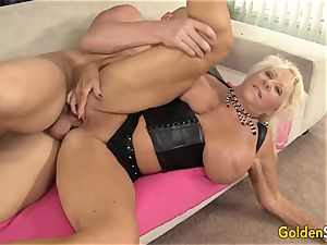 Floppy boobed grandma pulverizes a trimmed stud