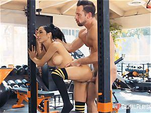 Tia Cyrus gym puss hitting activity