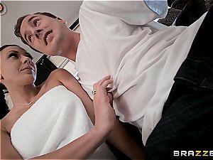 Rachel tempts her neighbor while his wifey is away