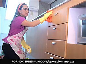 OPERACION LIMPIEZA - Latina maid strong lovemaking and facial