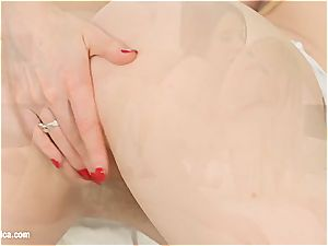 stunning honey Smantha Bentley tasting some cooter splooge