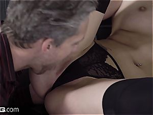 Glamkore - lady Dee gets a dual popshot facial