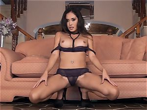 asian bombshell Davon Kim strips bare and jerks